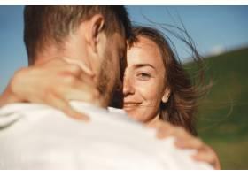 山里的男人和女人年轻夫妇在日落时分相爱_10884834