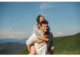 山里的男人和女人年轻夫妇在日落时分相爱_10884842