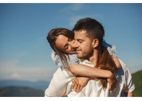 山里的男人和女人年轻夫妇在日落时分相爱_10884845