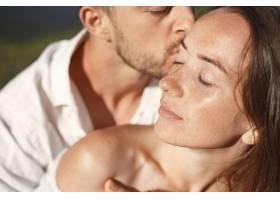 山里的男人和女人年轻夫妇在日落时分相爱_10884856