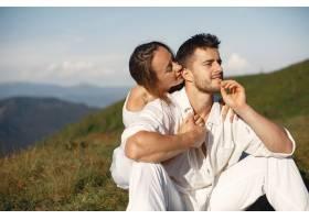 山里的男人和女人年轻夫妇在日落时分相爱_10884866