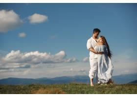 山里的男人和女人年轻夫妇在日落时分相爱_10884966