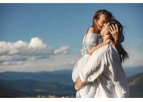 山里的男人和女人年轻夫妇在日落时分相爱_10884976