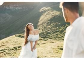 山里的男人和女人年轻夫妇在日落时分相爱_10884988