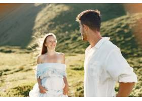 山里的男人和女人年轻夫妇在日落时分相爱_10884992