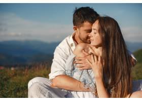 山里的男人和女人年轻夫妇在日落时分相爱_10884853