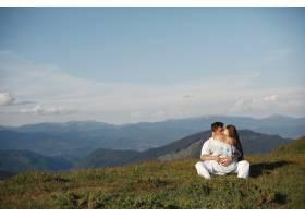 山里的男人和女人年轻夫妇在日落时分相爱_10884858