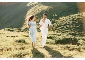 山里的男人和女人年轻夫妇在日落时分相爱_10884985