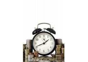 时间就是金钱的概念闹钟和大量欧元硬币_1180111