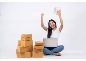 从客户那里订购产品的快乐女性坐在白色背_4283076
