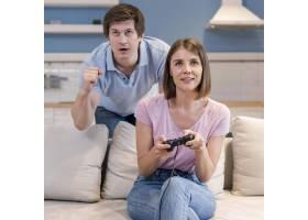 父母在一起玩电子游戏的合影_10163891