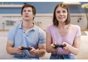 前景妈妈和爸爸在玩电子游戏_10163887
