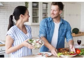 厨房里的男人和女人_9467165