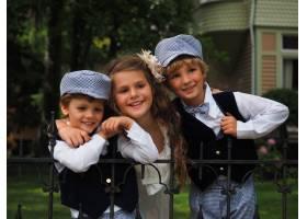 一个可爱的小女孩和两个穿着相同服装的男孩_10187123