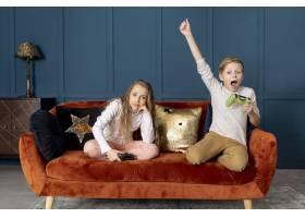 一个男孩赢得了和他妹妹玩电子游戏的胜利_6748766