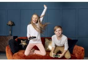 前视兄弟姐妹一起玩电子游戏_6748753