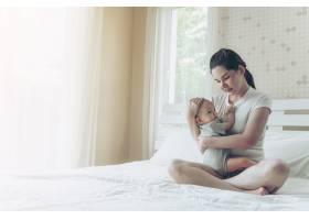 母亲怀里的婴儿_5599765