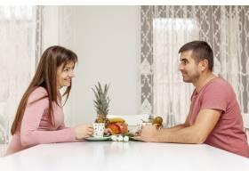 微笑的男士和女士端茶_6363724