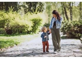 母亲和她的小儿子在公园里玩得很开心_4758278