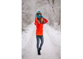 母亲和她的小儿子一起在冬季公园里_3655528