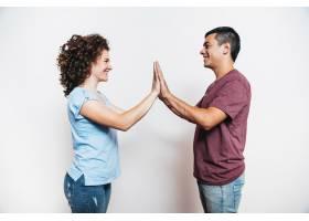 年轻的男人和微笑的女人在玩馅饼蛋糕游戏_3553525