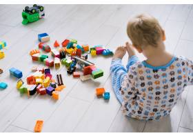 男孩和妈妈穿着五颜六色的建筑工具包玩耍_1537330