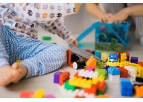 男孩和妈妈穿着五颜六色的建筑工具包玩耍_1537336