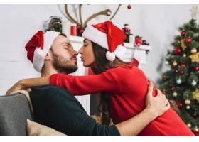 年轻夫妇在沙发上接吻_3187483