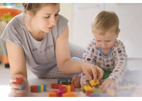 男孩和妈妈穿着五颜六色的建筑工具包玩耍_1537337