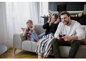 父亲和女儿一起玩电子游戏_2221647