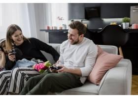 快乐的父母在女孩身边玩电子游戏_2209454
