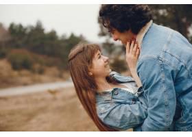 一对温文尔雅的情侣正在秋季公园散步_2630615