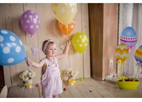 迷人的小女孩玩着五颜六色的气球看起来很开_2631521