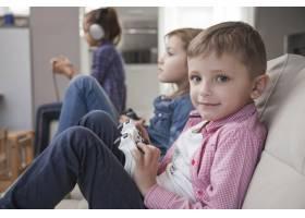 男孩和姐姐玩电子游戏_2042247