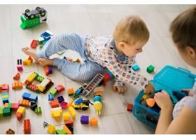 男孩和妈妈穿着五颜六色的建筑工具包玩耍_1537335
