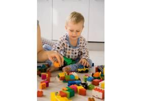 男孩和妈妈穿着五颜六色的建筑工具包玩耍_1537338
