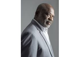 在灰色衣服演播室画象的非裔美国人的商人_15559089