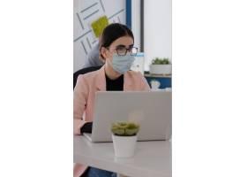 有医疗面罩的商人在Coronavirus平底锅期间_15876781