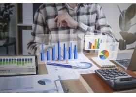 工作在金融和会计分析财务的商人_16068554
