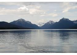 雪山小湖美景壁纸图片