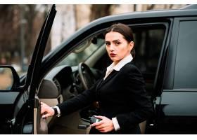 开车门的职业美女