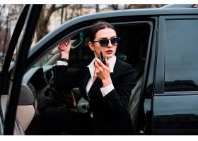 坐在车上的职业美女