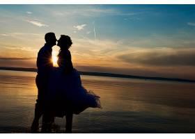 夕阳下的浪漫夫妻