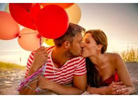 幸福接吻的情侣