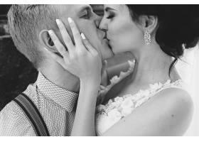 接吻的男女