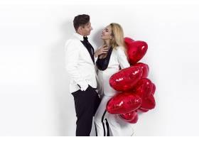 拿着爱心气球的情侣