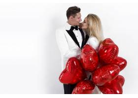 拥抱的情侣与气球