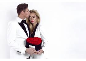 抱玫瑰花的夫妻
