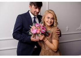 抱鲜花的浪漫情侣