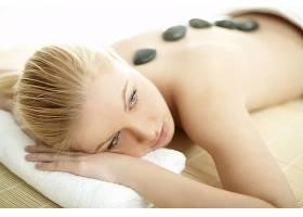 躺在毛巾上的女人